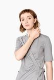 clara-kittel-wickelcardigan-mit-stehkragen-pastell-grau-mit-Kragen-weiss-pure-berufsbekleidung-03